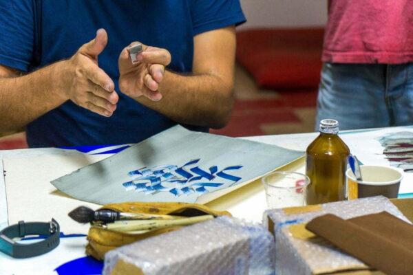 les cours de calligraphie hébraïque organisés par l'association l'Atelier Aleph